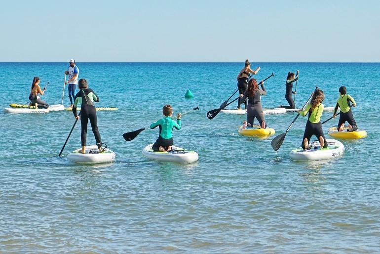 Las playas de El Campello son muy adecuadas para la práctica de deportes náuticos como paddle surf