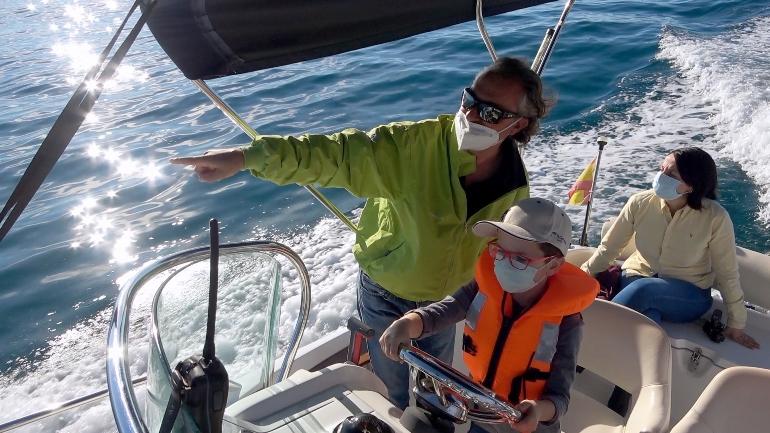 Es muy recomendable dar un paseo en barco por el litoral de El Campello y conocer sus playas