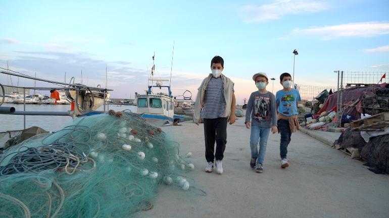 Niños paseando por el puerto de El Campello