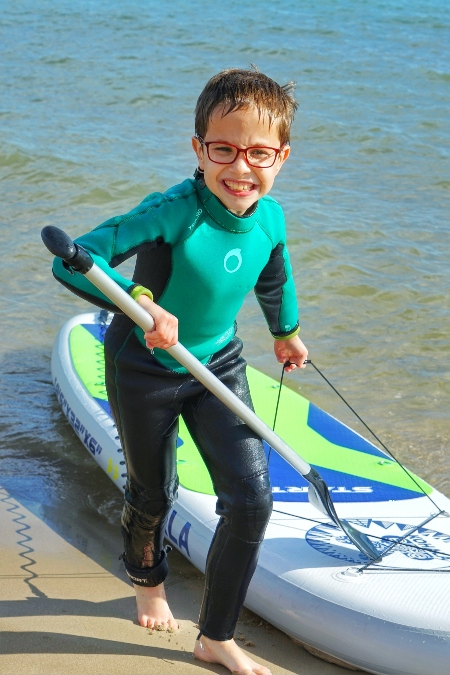 Los niños se lo pasan genial practicando paddle surf