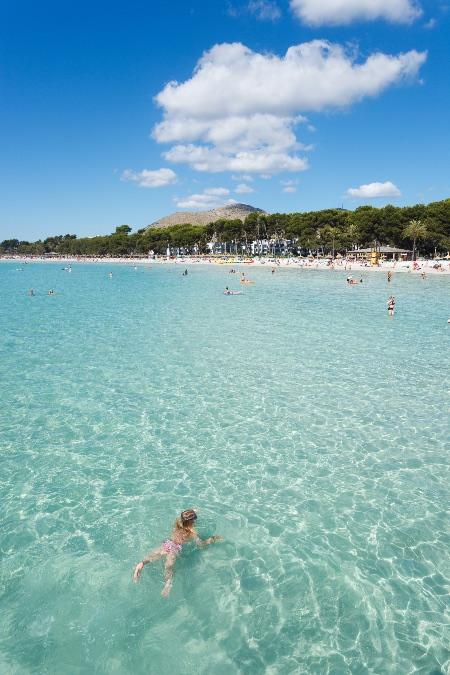 Los grandes arenales y las pequeñas calas de aguas cristalinas jalonan el litoral de Alcúdia