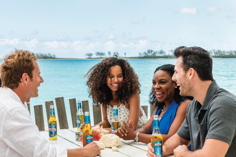 Visitantes compartiendo experiencias con bahameñas