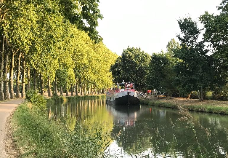 Los barcos de Bateaux Toulousains realizan cruceros fluviales de marzo a junio por el Canal du Midi