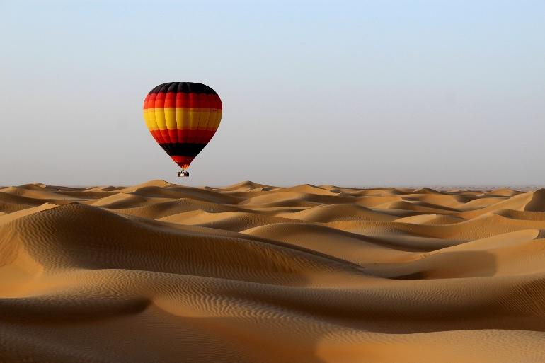 Sobrevolar Dubái en globo también es un buen plan