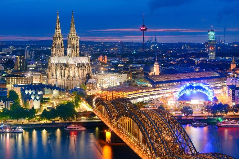 Vista de Colonia con el Puente Hohenzollern sobre el Rin y la catedral al fondo.