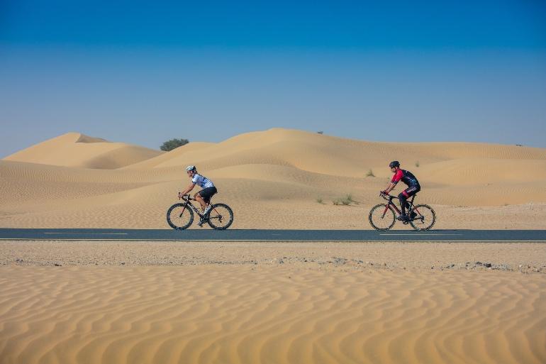 Hacer rutas en bici por el desierto es uno de los atractivos de Dubái