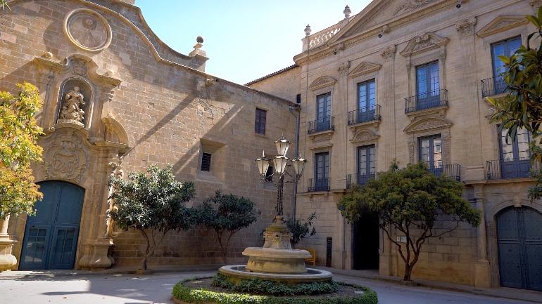 Izquierda, fachada barroca de la catedral de Solsona. Derecha, Palacio Episcopal.