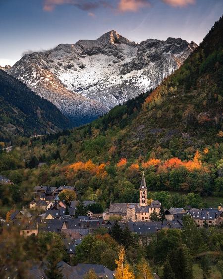 El Montardo custodia la población de Arties © Val d'AranPhotos