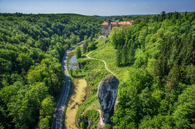 Parque Nacional Ojcowski con el castillo de Pieskowa Skała al fondo