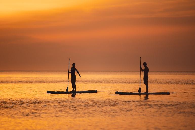 Practicar paddle al atardecer es otra de las propuesta del Six Senses Ibiza