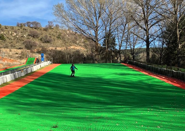 Inma Ferrer bajando por la pista de esquí sintética