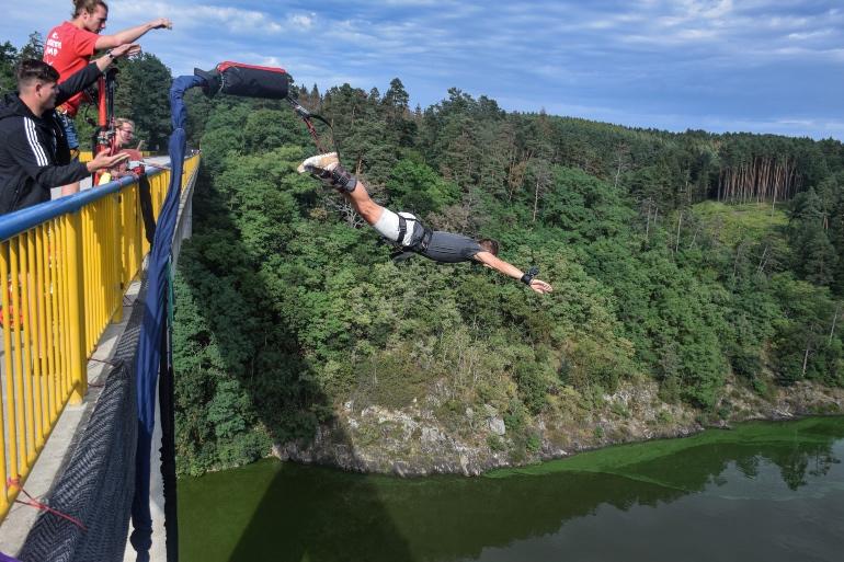 Saltar desde un puente asegura adrenalina por un tubo @Premek