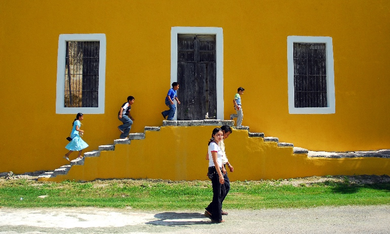 Dicen que las casas están pintadas de amarillo porque era el color sagrado de los mayas
