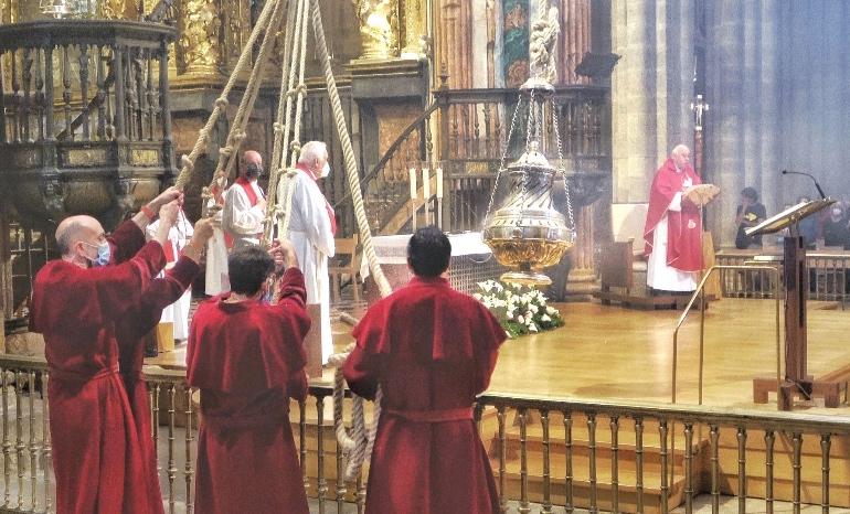 Los tiraboleiros frenando el Botafumeiro en la Catedral de Santiago