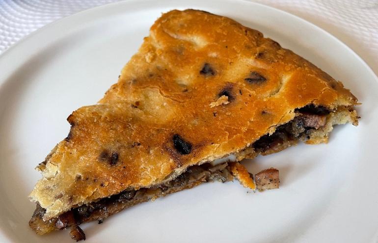 La empanada es uno de los platos que tienes que degustar en el Camino De Santiago de la ría de Muros Noia