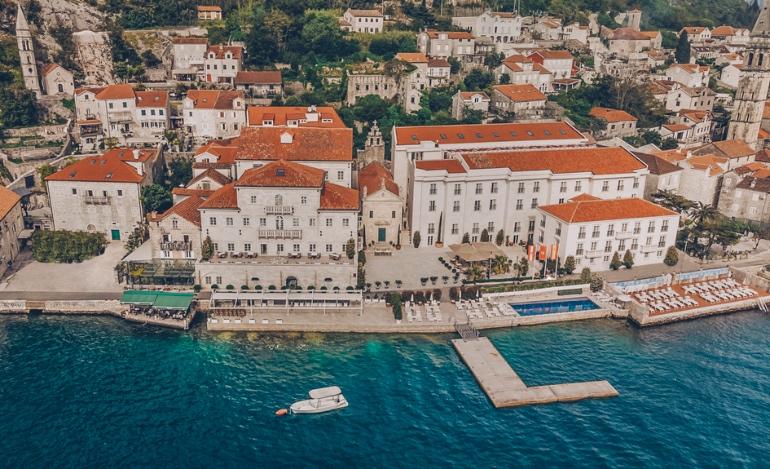 Vista aérea del hotel Iberostar Heritage Grand Perast en donde se ve la piscina exterior y el muelle. ¿No os parece ideal?